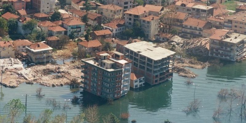 99 Depremi Sırasında Denize Gömülen Evler